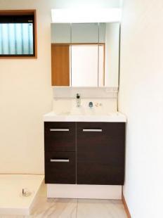 サイドにすっきり収納でき、洗面まわりの小物をすっきり整理できます