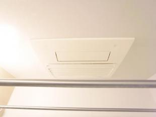 ●予備暖房や衣類の乾燥に利用できる乾燥機を設置。雨の日の洗濯物や部屋干しの衣類の乾燥に活躍