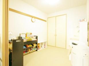 ●リビングに隣接した和室はお子様のお昼寝スペースに最適