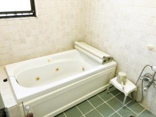 白を基調とした浴室