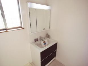 ●サイドにすっきり収納でき、洗面まわりの小物をすっきり整理できます