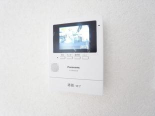 ●玄関先を音とモニターで確認。夜の訪問者も内臓照明でしっかりと確認できて安心
