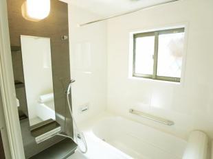 ●雨の日のお洗濯にも大活躍の浴室乾燥機付き ●座り心地にこだわった浴槽形状。立ちあがる際や浴槽に出入りするときにつかまりやすいフランジとアームレスト形状