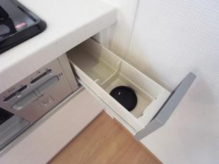 ●調味料類はコンロ横の引き出しに入れて油汚れをガード。調理中にさっと取り出せます