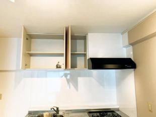 ●上部の収納には普段使用しない調理道具もすっきり収納