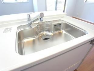 ●広々としたシンクに洗剤ポケットを標準装備。洗剤や石鹸、スポンジもすっきり収納できます(同現場101号)