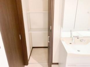 ●たっぷり収納できる洗面台横収納
