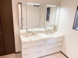●洗面台2台付き 朝の身支度にも便利