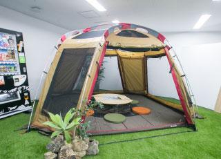 オフィス内に巨大なテントも!開放的な雰囲気で打ち合わせを