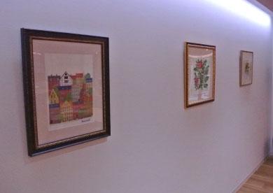 ご⼊居者が描いた絵画や創作した美術作品が廊下に展⽰されています。