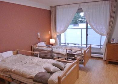 お⼆⼈部屋では3箇所にベッドを置くことができます。3箇所にナースコールを設置しております。