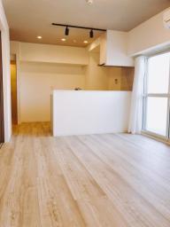 キッチンはダウンライト付、明るい内装です!新規エアコン設置済。可動間仕切りでLDと洋室5帖の独立性を確保することが出来ます。