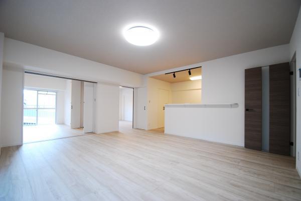 リビング、ダイニングで約13.7帖。18畳用のエアコン新設。角部屋のため、東側にも窓があります。